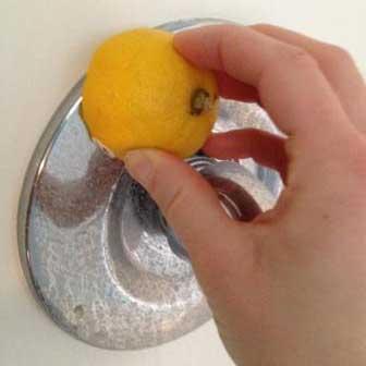 Limones para las manchas de agua dura